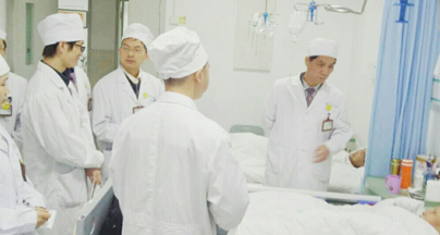 肿瘤科朱国清教授为患者做日常病情检查